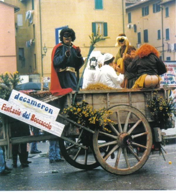 Originale idea di allestire un carro dedicato al Decamerone del Boccaccio